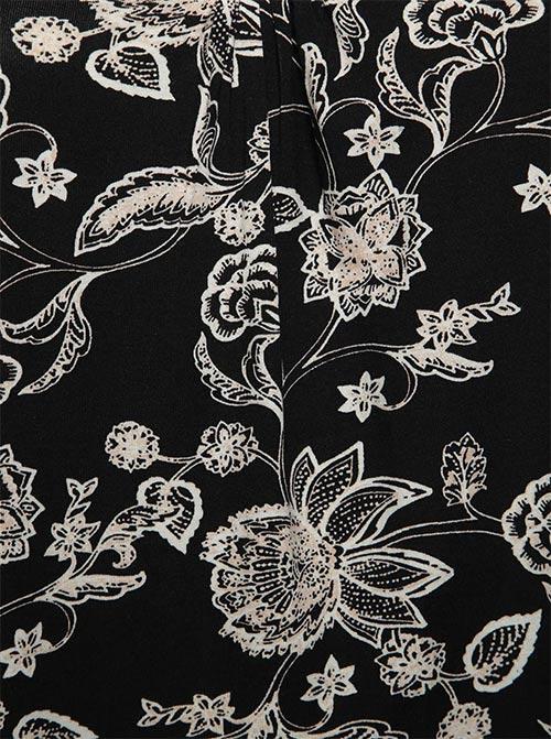 Bílé květy na černém podkladu