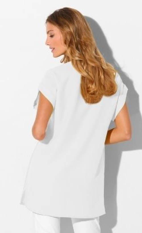Dlouhá bílá tunika zakrývající zadek