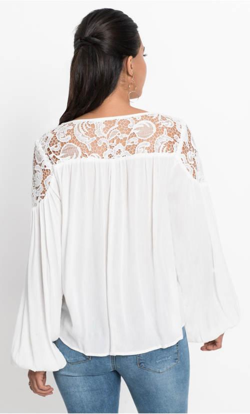 Bílá krajková tunika s širokými rukávy