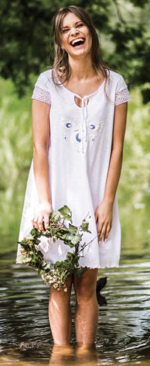 Bílé letní šaty nejen na pláž