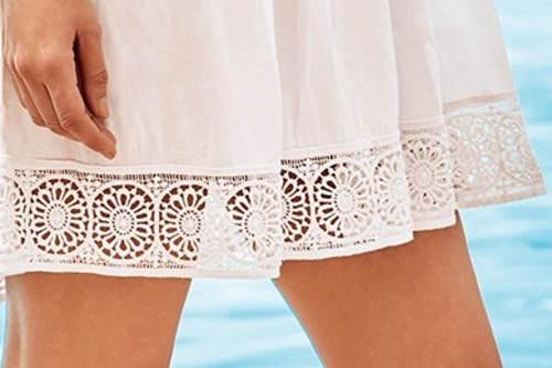 Bílé letní šaty s krajkovými lemy