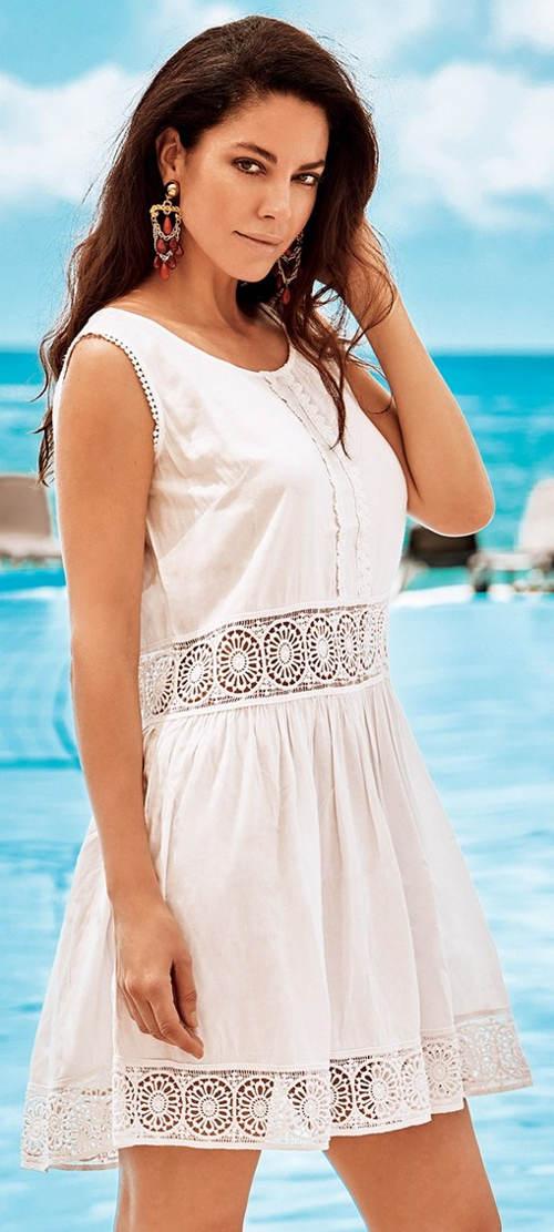 Bílé plážové šaty s krajkovými vsadkami