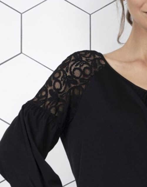 Černá halenka s krajkovou vsadkou na  ramenou