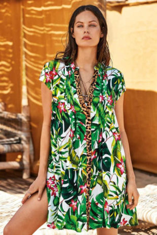 Moderní plážové šaty v pestré barvě s květinovým vzorem