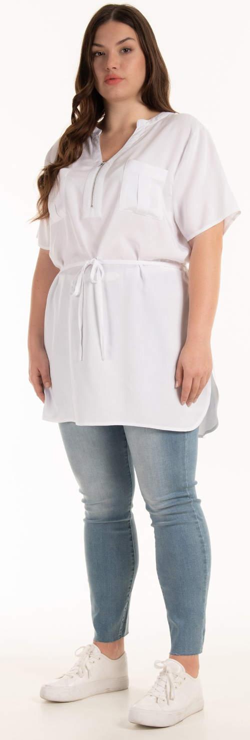 Jednobarevná bílá tunika je ideální k džínám