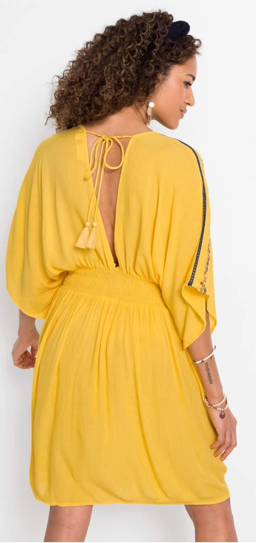 Žluté letní šaty s výstřihem na zádech