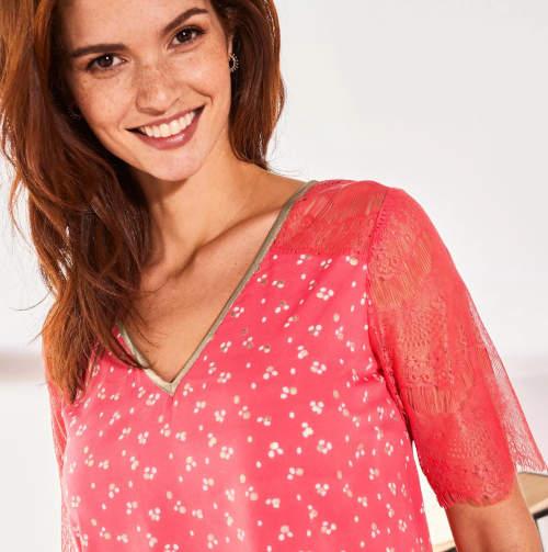 Korálově růžová tuniková halenka s krajkou na rukávech